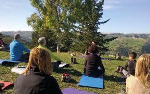 Gruppo di persone in fase meditativa mindfulness a contatto con la natura