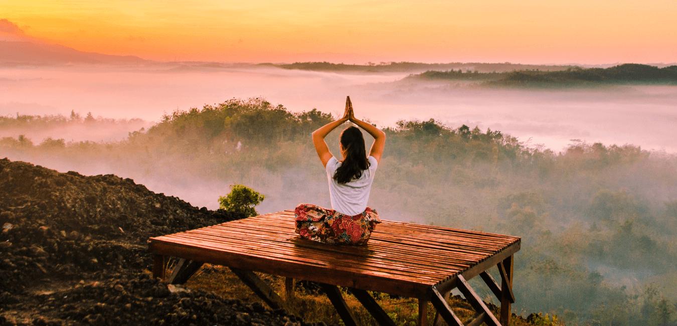 Ragazza siede in meditazione per ridurre lo stress