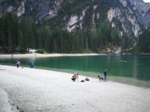 Lago di Braies immerso tra le dolomiti ideale per trovare concentrazione Meditazione Mindfulness